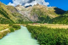 Paesaggio alpino di estate con la strada curva, passaggio di Furka, Svizzera, Europa Immagini Stock Libere da Diritti