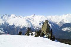 Paesaggio alpino di inverno delle montagne con i picchi nevosi Immagine Stock