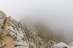 Paesaggio alpino drammatico di estate, nelle alpi di Transylvanian, con le nuvole e la foschia Immagini Stock