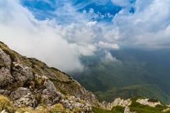 Paesaggio alpino drammatico di estate, nelle alpi di Transylvanian, con le nuvole e la foschia Immagini Stock Libere da Diritti