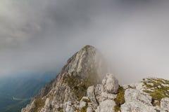 Paesaggio alpino drammatico di estate, nelle alpi di Transylvanian, con le nuvole e la foschia Immagine Stock Libera da Diritti