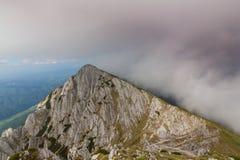 Paesaggio alpino drammatico di estate, nelle alpi di Transylvanian, con le nuvole e la foschia Fotografia Stock Libera da Diritti