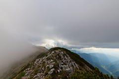 Paesaggio alpino drammatico di estate, nelle alpi di Transylvanian, con le nuvole e la foschia Fotografie Stock Libere da Diritti