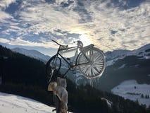 Paesaggio alpino e bicicletta congelata Fotografie Stock