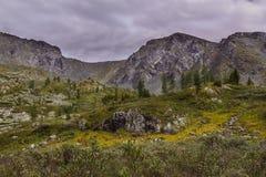 Paesaggio alpino freddo con le montagne e le nuvole in Altai Fotografia Stock