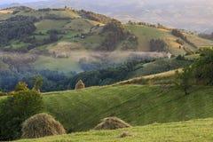 Paesaggio alpino in montagne Fumi e foschia sopra le colline in Carpathians Immagine Stock Libera da Diritti