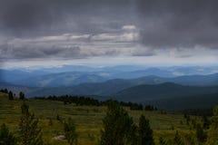 Paesaggio alpino nuvoloso con le montagne e la foresta Fotografia Stock Libera da Diritti