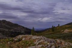 Paesaggio alpino nuvoloso con le montagne e le rocce in Altai Fotografie Stock