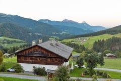 Paesaggio alpino occidentale al tramonto, Austria del villaggio di Carinzia Immagini Stock Libere da Diritti