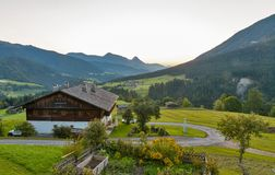 Paesaggio alpino occidentale di alba del villaggio di Carinzia, Austria Immagini Stock