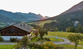 Paesaggio alpino occidentale di alba del villaggio di Carinzia, Austria Immagine Stock