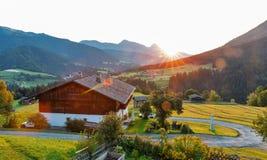 Paesaggio alpino occidentale di alba del villaggio di Carinzia, Austria Fotografie Stock