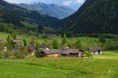 Paesaggio alpino rurale con le case ed i cottage nel parco nazionale di Hohe Tauern, Austria, Europa Giovani adulti Fotografia Stock