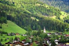 Paesaggio alpino rurale con le case ed i cottage nel parco nazionale di Hohe Tauern, Austria, Europa Giovani adulti Immagini Stock