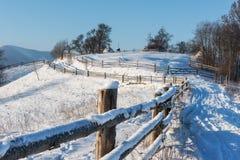 Paesaggio alpino rurale di inverno in Carpathians Fotografie Stock Libere da Diritti