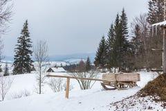 Paesaggio alpino rurale di inverno con il recinto ed il percorso Immagini Stock
