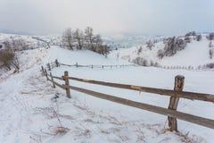 Paesaggio alpino rurale di inverno con il recinto ed il percorso Fotografia Stock Libera da Diritti