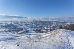 Paesaggio alpino rurale di inverno con il recinto ed il percorso Immagine Stock