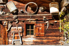Paesaggio alpino rurale Retro dettagli di architettura e della decorazione di una capanna alpina Immagini Stock