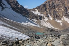 Paesaggio alpino scenico con e catene montuose fotografia stock libera da diritti