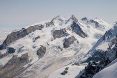 Paesaggio alpino scenico della natura in alpi svizzere durante l'ora legale Fotografie Stock