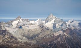 Paesaggio alpino scenico della natura in alpi svizzere durante l'ora legale Fotografia Stock