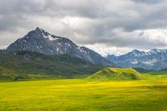 Paesaggio alpino variopinto con il cielo drammatico Fotografia Stock Libera da Diritti
