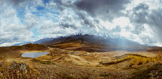 Paesaggio Altai Siberia Russia di panorama delle montagne Immagini Stock