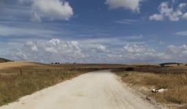 Paesaggio andaluso rurale su Cloudscape drammatico Immagine Stock