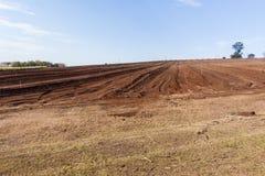 Paesaggio arato del campo dell'azienda agricola Immagini Stock Libere da Diritti
