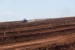 Paesaggio arato del trattore del campo dell'azienda agricola Immagini Stock Libere da Diritti