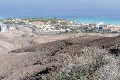 Paesaggio arido di Fuerteventura con le localit? di soggiorno sulla costa fotografia stock libera da diritti