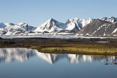 Paesaggio artico di estate - riflessione dell'acqua fotografie stock libere da diritti