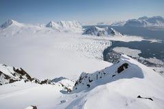 Paesaggio artico - ghiacciaio, montagne, mare immagine stock libera da diritti