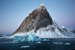 Paesaggio artico tipico - ghiaccio e montagne del ghiacciaio - le Svalbard Fotografia Stock