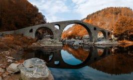 Paesaggio autunnale del punto di riferimento del ponte del diavolo, Bulgaria fotografia stock