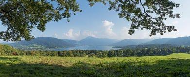 Paesaggio bavarese di estate con la vista al tegernsee del lago Immagine Stock