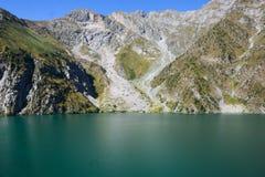 Paesaggio bello con il lago, la foresta e le montagne del turchese fotografia stock