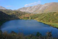 Paesaggio bello con il lago, la foresta e le montagne del turchese immagini stock libere da diritti