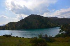 Paesaggio bello con il lago, la foresta e le montagne del turchese immagine stock libera da diritti