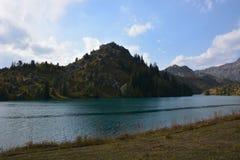 Paesaggio bello con il lago, la foresta e le montagne del turchese fotografie stock libere da diritti