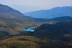 Paesaggio bello con il lago, la foresta e le montagne del turchese immagine stock