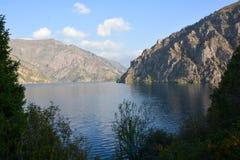 Paesaggio bello con il lago, la foresta e le montagne del turchese fotografie stock