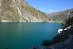 Paesaggio bello con il lago, la foresta e le montagne del turchese fotografia stock libera da diritti
