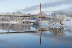 Paesaggio bello di inverno con il ponte pedonale e riflessione piacevole in acqua del fiume Immagini Stock Libere da Diritti