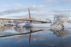 Paesaggio bello di inverno con la passerella e riflessione piacevole in acqua del fiume Immagine Stock Libera da Diritti