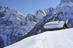 Alta neve sul tetto della capanna, passaggio di San Pellegrino Immagine Stock
