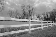 Paesaggio in bianco e nero con il recinto e le nuvole Fotografie Stock Libere da Diritti