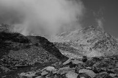 Paesaggio in bianco e nero con la montagna e la nuvola Fotografie Stock Libere da Diritti