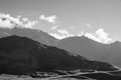 Paesaggio in bianco e nero con le montagne di contrapposizione Immagine Stock Libera da Diritti